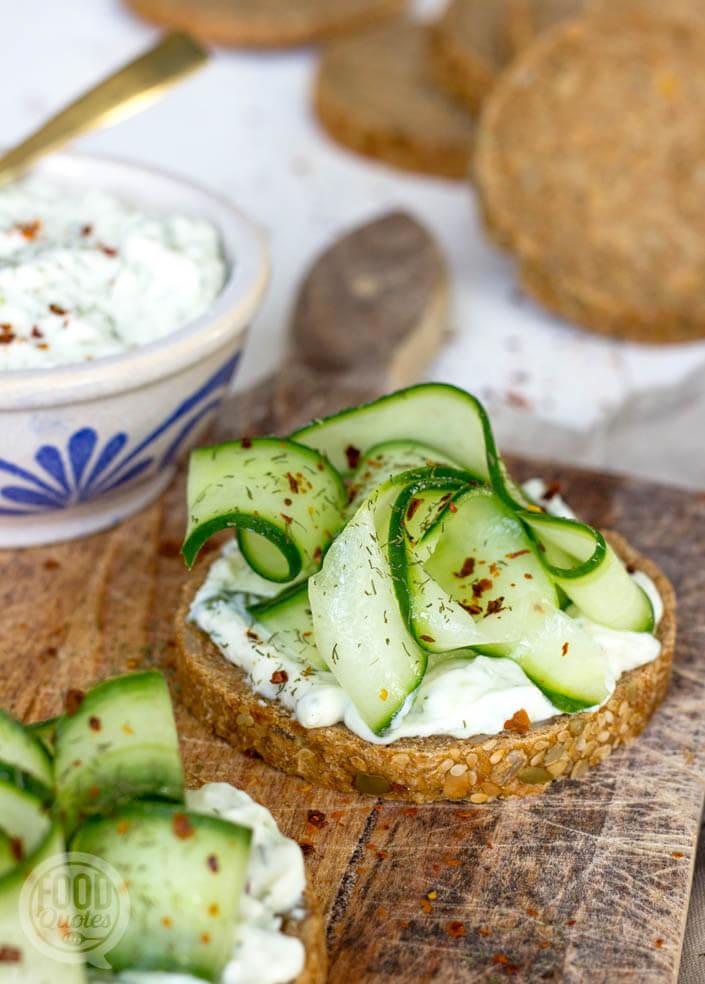 toast kwarkspread en komkommer