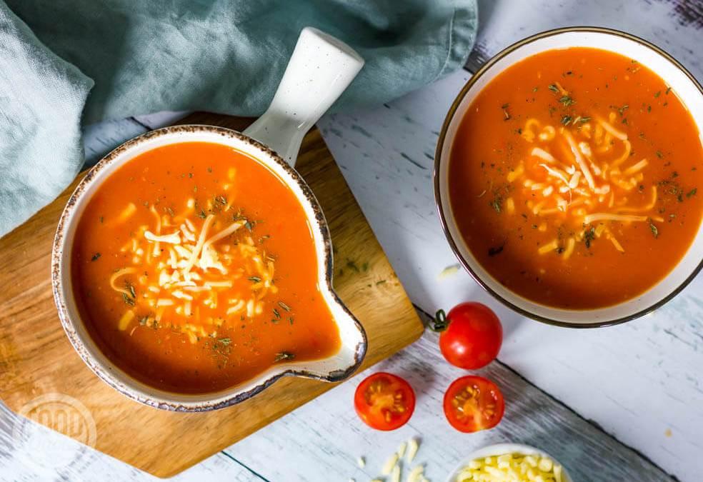 Geroosterde paprika-tomatensoep met kaas