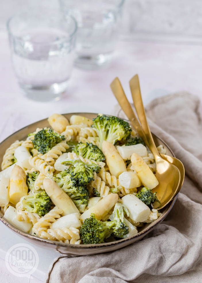 Romige pasta met witte asperges en broccoli