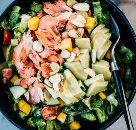 A creamy avocado and salmon salad – Recipe 1