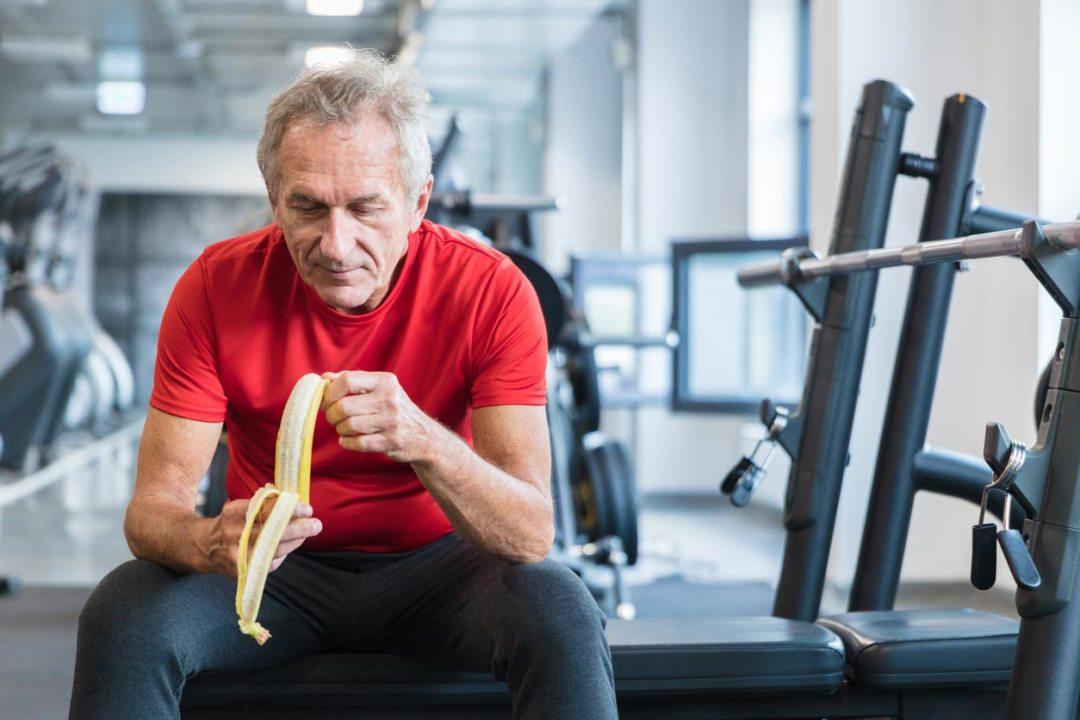 老人在舉重室吃香蕉