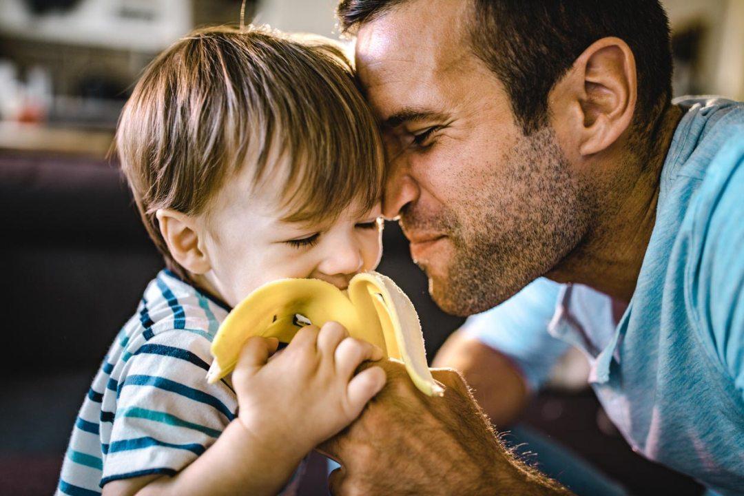 父親用香蕉餵男孩