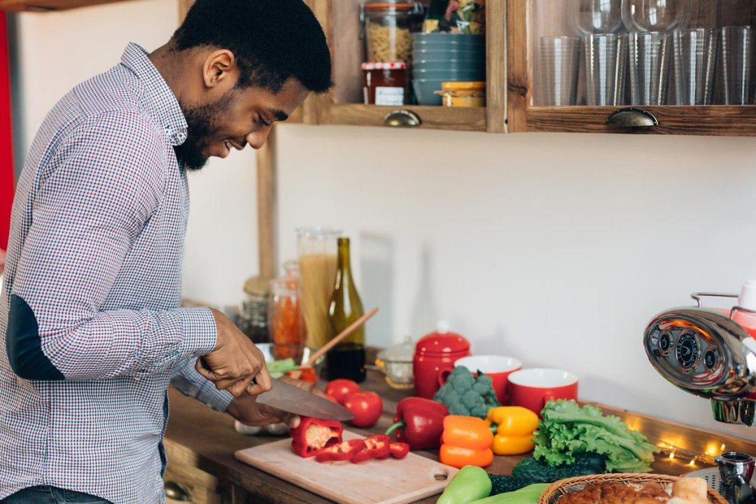 男子在廚房切燈籠椒