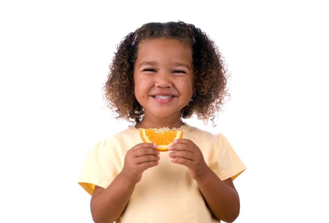 小女孩抱著橙片