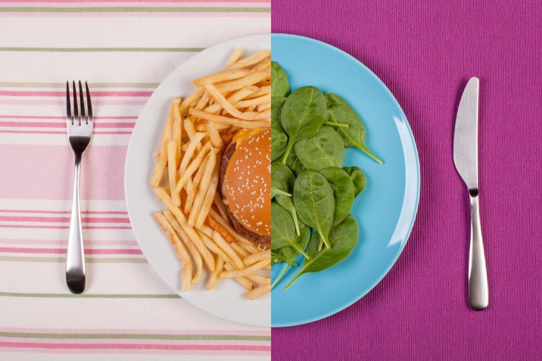 照片在中間分開,一側為漢堡和薯條,另一側為綠色