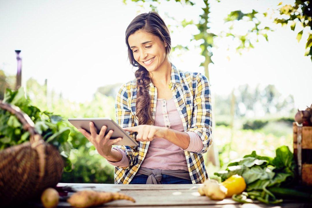 女人看著在戶外平板電腦上種植日曆