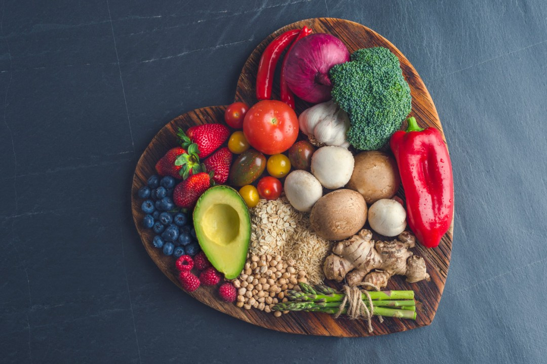 心形拼盤上的健康食品