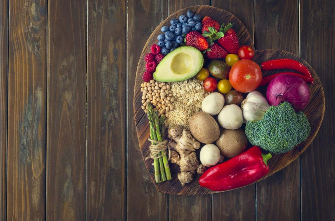 心形切菜板上的健康食品