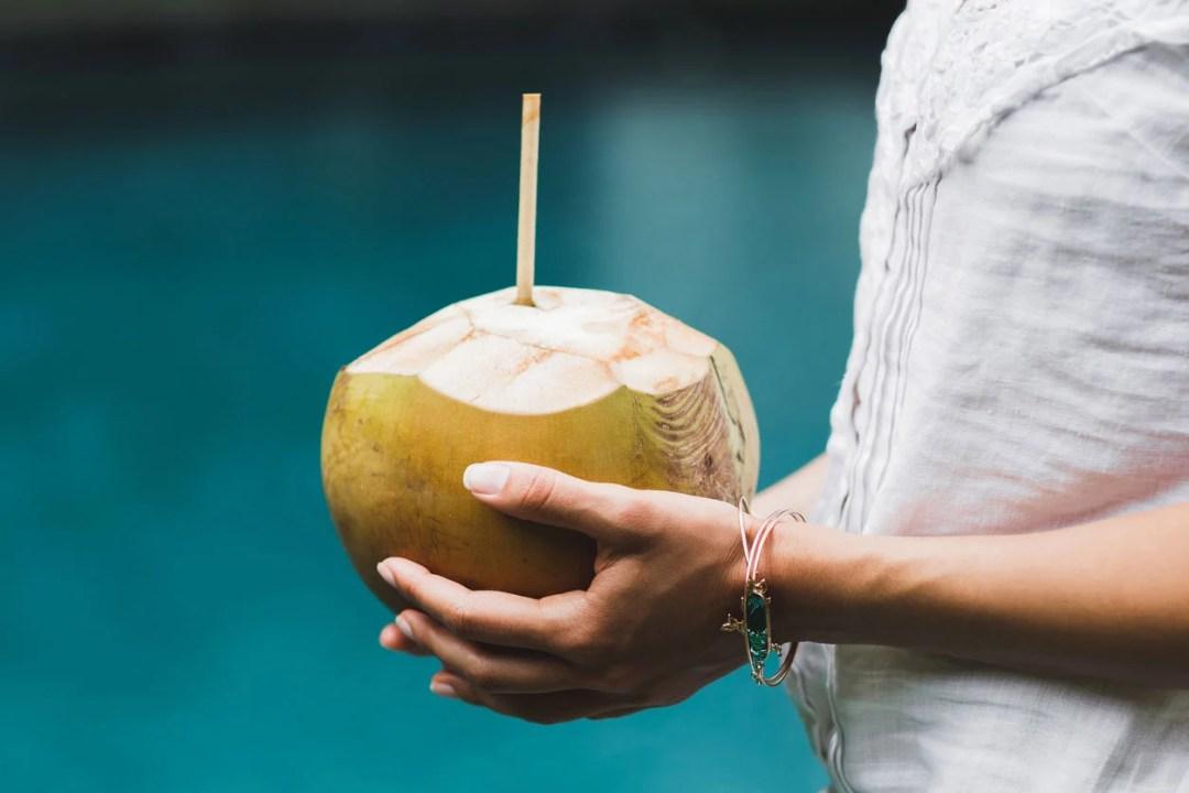 手裡拿著椰子用稻草