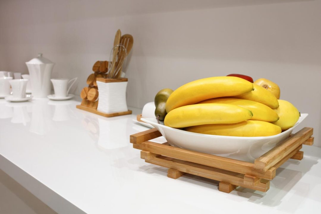 香蕉在廚房櫃檯上的碗裡