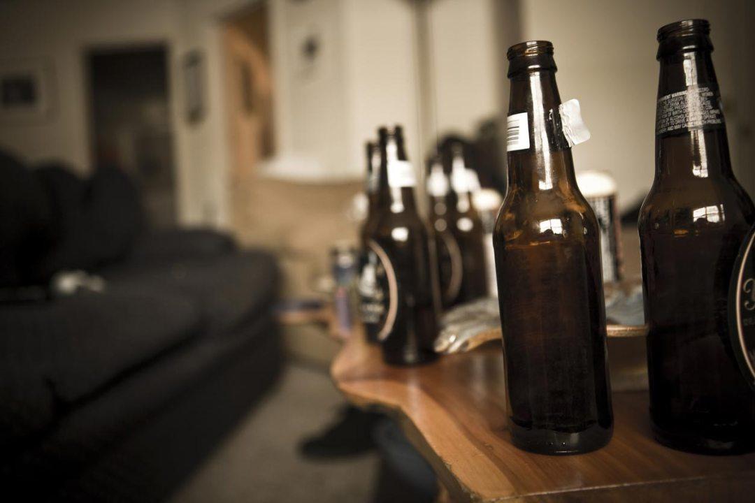 咖啡桌上的啤酒瓶
