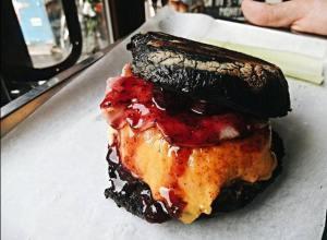 Бургер с вишневым соусом Burger Heroes.
