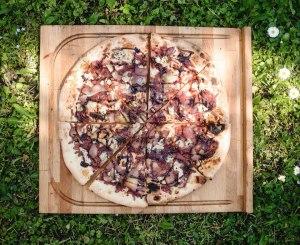 Пицца с индейкой от Hells Pizza.