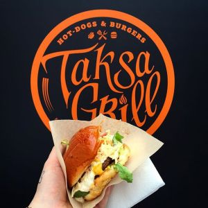 Бургер в руке от Taksa Grill.