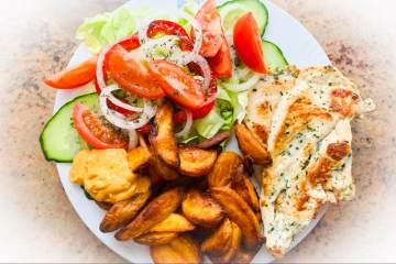 Knoblauch-Hähnchen mit Salat und Kartoffelspalten