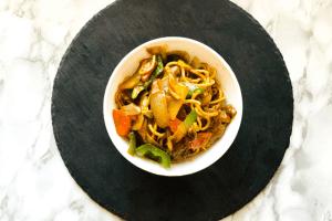 China Nudeln mit Rinderfilet und Gemüse