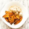 Hackbällchen in Rahmsoße & Kartoffelspalten