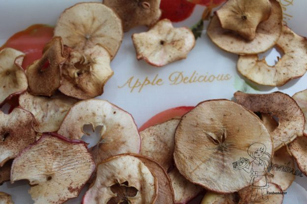 Simple Cinnamon/ Pumpkin Spice/ Nutmeg Baked Apple Chips. Photo: Foodwanderer