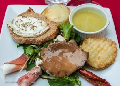 entrée: salad, fried zucchini (courgette), mushroom (champignon), chevre toast, cucumber soup