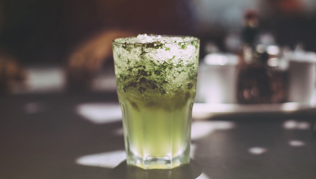 Iced lime cocktail with fresh herbs | photo by varshesh joshi via unsplahs | NJ restaurants on foodwithaview.com
