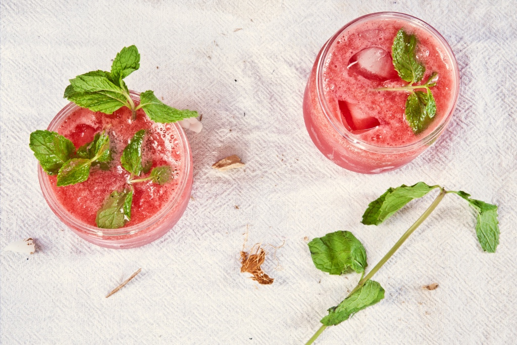 Pretty pink cocktails with fresh mint herbs | photo by Neha Deshmukh | Summer reading on foodwithaview.com