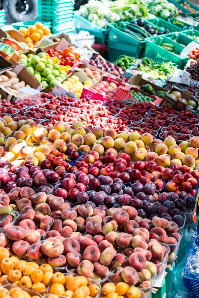 Summer fruits for sale | photo by foodiesfeed | new jersey farmers markets | foodwithaview.com