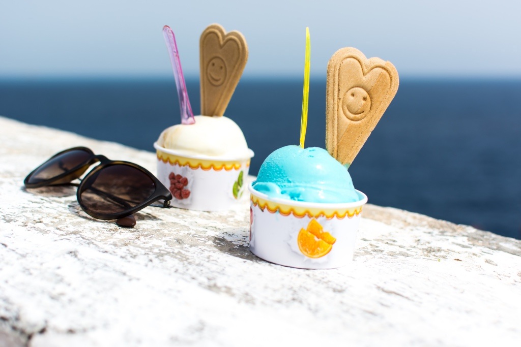Ice cream in cups at the shore | photo by foodiesfeed | | best ice cream in NJ on foodwithaview.com