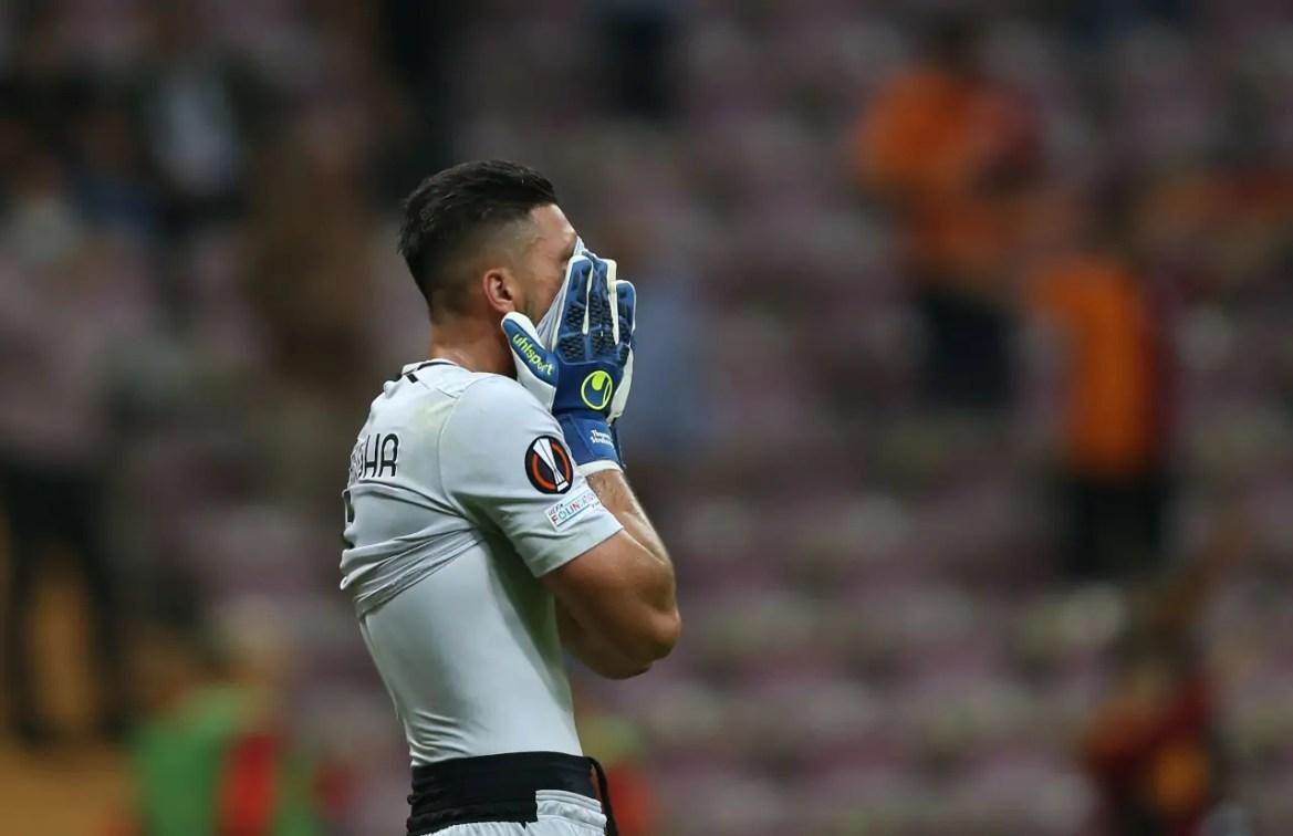 Strakosha breaks into tears as Lazio fans unveil banner supporting him -  Football Italia