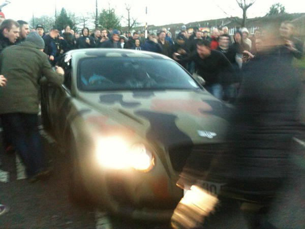 Mario Balotelli's car mobbed by United fans after the Manchester derby