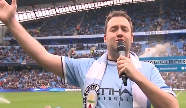 Jason Manford sings Blue Moon before Man City 6-0 Spurs