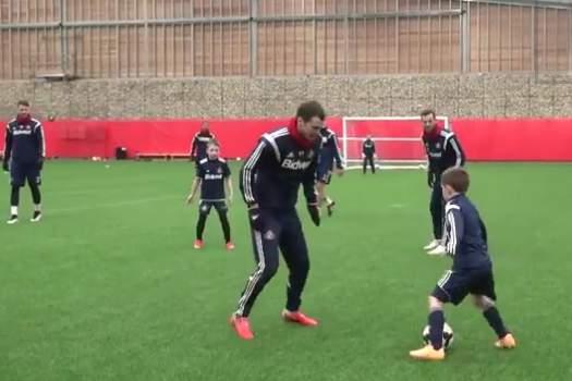 Sunderland Under-8s train alongside the first team