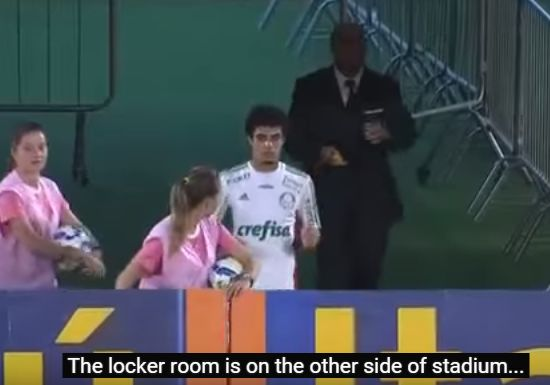 Palmeiras' Egídio reemerges from the tunnel as the referee changes mind about red card