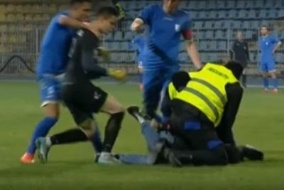 Romanian Liga II side Farul Constanța's goalkeeper Alexandru Gudea was sent off for fighting with a pitch invader during a 2-6 defeat to Dunărea Călăraşi