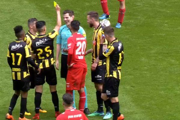 Vitesse's Navarone Foor 'books' the referee for diving