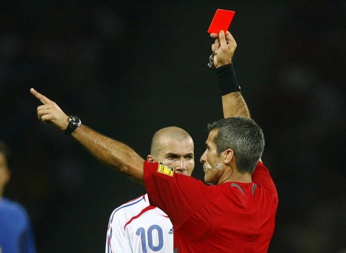 Зидан получает карточку