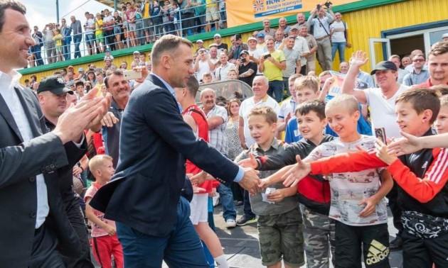 Андрей Шевченко жмет руку детям