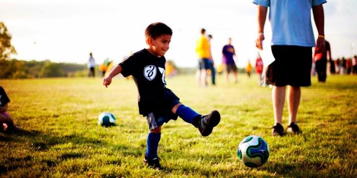 Мальчик футболист фото