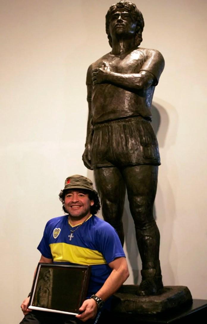 Марадона и его памятник в музее фото