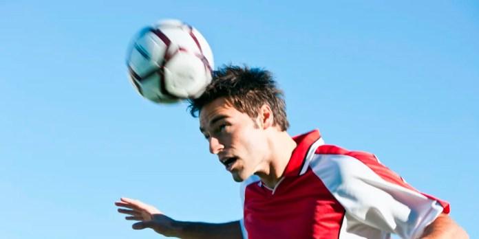 Как бить головой по мячу в футболе