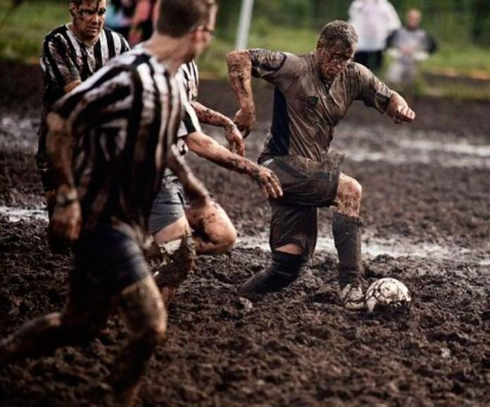 Болотный футбол фото