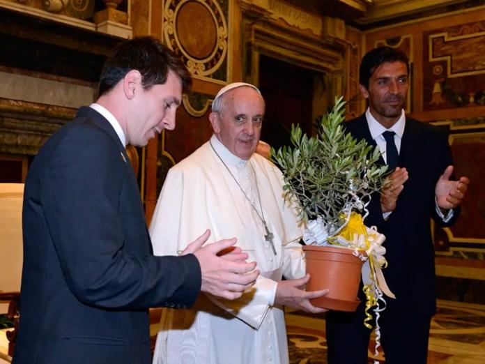 Месси с Папой Римским фото