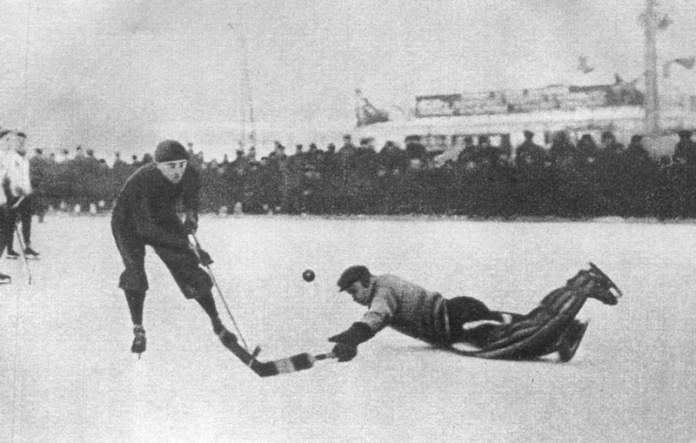 Валентин Гранаткин играет в хоккей