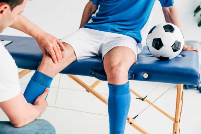 Массаж ног футболисту