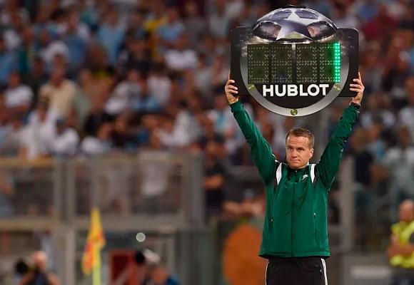 Табличка с добавочным временем в футболе
