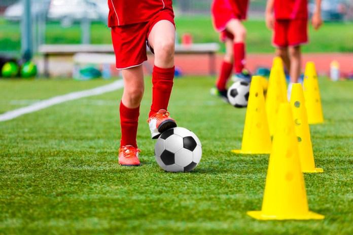 Футбольный мяч и футболист