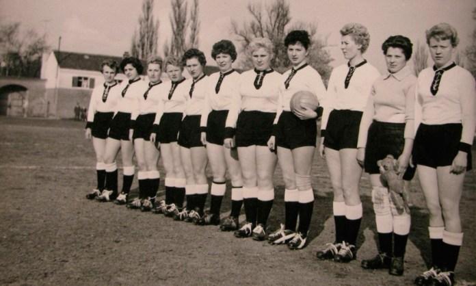 Первая женская футбольная команда