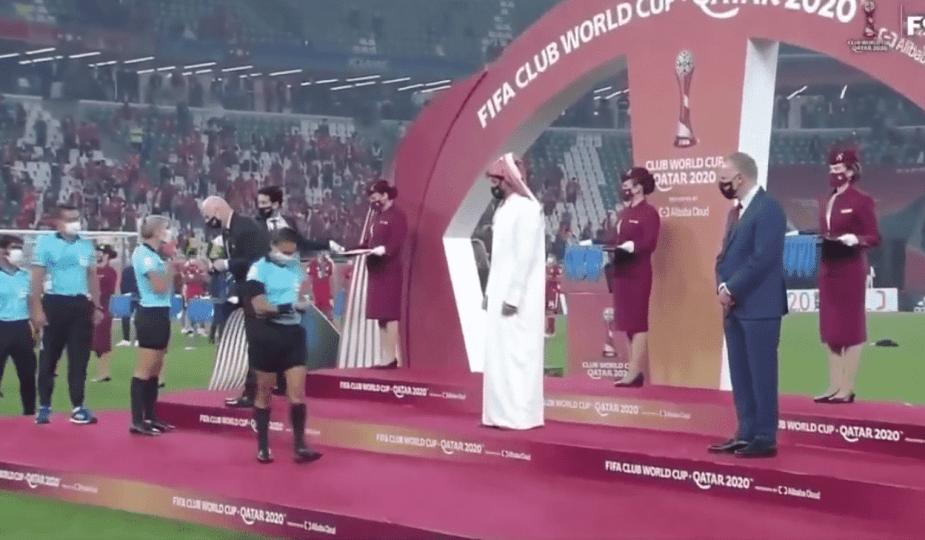 Un cheikh du Qatar refuse de serrer la main aux arbitres féminines lors du Mondial des clubs.