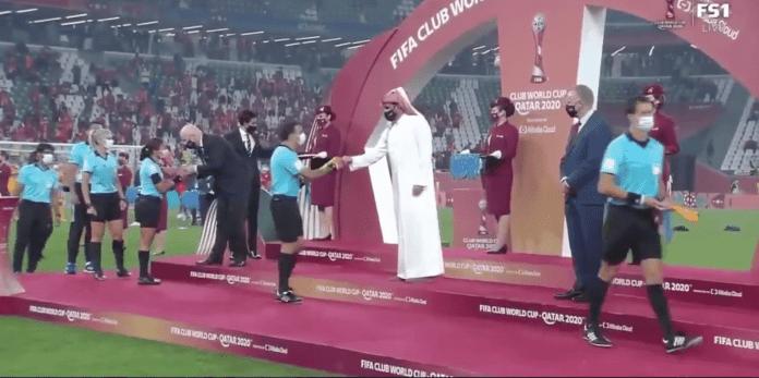 La fifa a réagi à la polémique entre le cheikh du Qatar et les arbitres féminines lors du Mondial des clubs.
