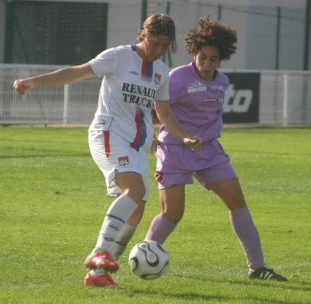 Soraya Belkadi (Toulouse) au duel avec Camille Abily. ©Soraya Belkadi