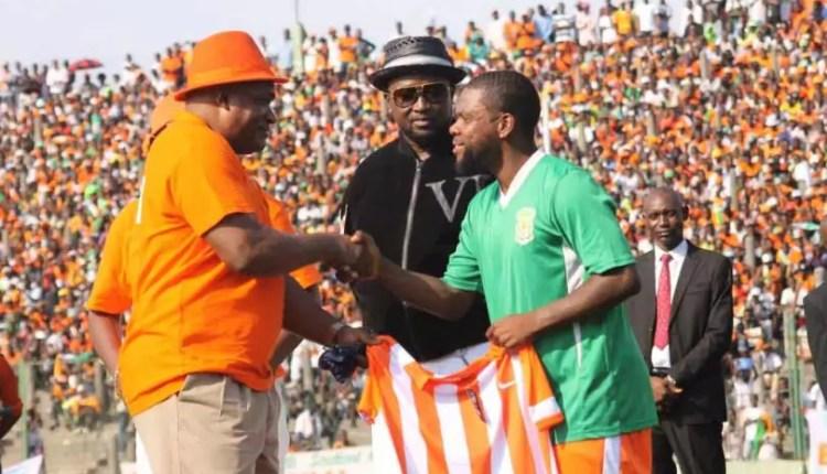 L'évêque Mukuna procède à la présentation officielle de Matumona Zola Roum, nouveau-venu au FC Renaissance. Dimanche 10 mai 2015 au stade Tata Raphael